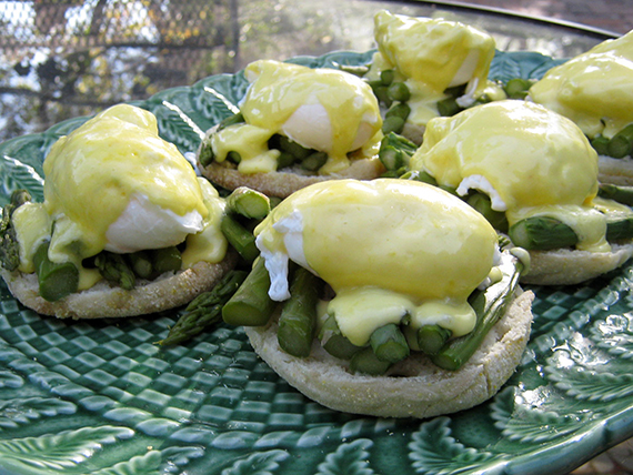 Classic eggs benedict with aspargus